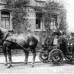 Die Honoratioren von Grenzhausen wurden an Kirmes mit der Kutsche abgeholt, selbstverständlich trug man Zylinder, Rheinstraße Datum der Aufnahme um 1920