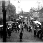 """Markt in der Westerwaldstraße, im Hintergrund der """"Alte Bahnhof"""" Datum der Aufnahme 1930er Jahre"""
