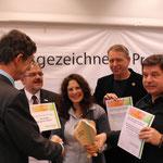 Dr. H. Schwarze vom SMUL überreicht die Urkunden an Landrat F. Vogel (Gesellschafter des NSZ), C. Pommer (Geschäftsführerin des NSZ), L. Turbák (Schulleiter der Schola Humanitas Litvínov und Jirí Rous (Vereinsvorsitzender CSOP Fergunna Teplice)