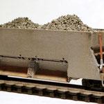 Schotterwagen befüllt mit maßstäblichem original Bahnschotter.