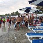 ... und das Treiben am völlig überfüllten Strand.