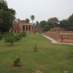 Um das Hauptgrab herum befinden sich grüne Anlagen...