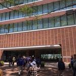 東京農大キャンパスで資料館見学と休憩。新緑が爽やか。
