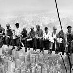 NOMBRE DE LA IMAGEN: Lunch atop a Skyscraper. AUTOR: Charles C. Ebbets. AÑO: 1932.