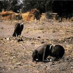 NOMBRE DE LA IMAGEN: Acechando a la Muerte. AUTOR: Kevin Carter. AÑO: 1993.