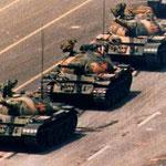 NOMBRE DE LA IMAGEN: El Hombre del Tanque de Tiananmen. AUTOR: Jeff Widener. AÑO: 1989.