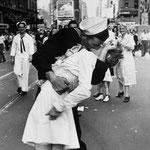 NOMBRE DE LA IMAGEN: Beso en Time Square. AUTOR: Victor Jorgensen. AÑO: 1945.