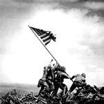 NOMBRE DE LA IMAGEN: Raising the flag on lwo jima. AUTOR: Joe Rosenthal. AÑO: 1945.
