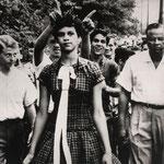 NOMBRE DE LA IMAGEN: Dorothy Counts. AUTOR: Desconocido. AÑO: 1957.