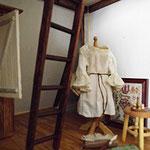 ...auf der Schneiderpuppe entsteht ein Hemd und Poschen, die für die Siluette der Damenmode unverzichtbar sind...