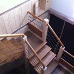 L'escalier et la fenêtre intérieure de la chambre Framboise