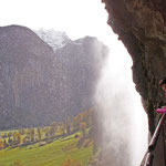 'Hinter' dem Wasserfall