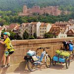Unser Radreise-Setup auf der Neckarbrücke in Heidelberg