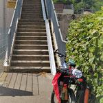 Treppen werden mit Fahrradanhänger zum Hindernis. Abkoppeln und Tragen ist nötig