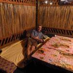Nachtquartier für Rainer, tags eine Tee- und Speisehütte nachts richten die Menschen ihm ein Lager - er sagt, es war eine gute Nacht