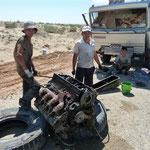 unblaublich aber Wahr - der Mechaniker hat in der wüste am Strassenrand bei über 40 Grad den LKW Motor ausgebaut und repariert die Kurbelwelle