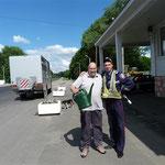 Die Polizei als Wasserspender!! - nachdem wir bei der vorhergehenden Euro's lassen mussten!