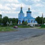 In diesem gigantischen Grün der Landschaft macht sich eine blaue Kirche sehr eindrucksvoll
