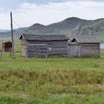 der sibirische Einfluss wird durch die Holzhäuser und Hütten sichtbar - bis zur russischen Grenze noch 200 km