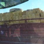Bausteine - ohne Ladungssicherung auf dem LKW bei schlechter Fahrbahn