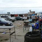 In der mongolei gibt es keine Schrottplätze, jedes Altauto oder Unfallwagen wird in alle Teile zerlegt und im Bazar zum Kauf angeboten.