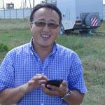 Herr Garaf - LKW - Händler, der in Deutschland Fahrzeuge einkauft und in die Mongolei überführt. Fahrzeit brauchen seine Fahrer 14 Tage für die Strecke Deutschland-Mongolei.