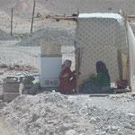 Viele Frauen sitzen am Wegesrand und verkaufen Wasser und getrockneten Käse - wahrscheinlich leben sie dort am Wegrand