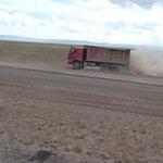 diese Trucks fahren Vollspeed , voll beladen über jedes Schlagloch