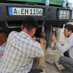 die mongolsichen Truckerfahrer übernehmen die Regie und reparieren provisorisch den Federbruch
