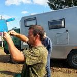 überall hilfsbereite Mensch am See, hier ein Mann der uns einen Wasseranschluss am Dorfbrunnen montiert mit dem wir unseren WOMO Tank füllen können