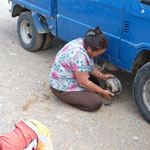 auch Frauen reparieren hier Autos