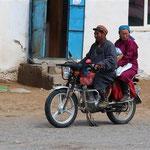 viele Mongolen fahren mit dem Moped - manchmal zu viert mit der ganzen Familie