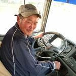 ein lieber Herr bringt  uns mit einem alten klapprigen Bus nach Hause