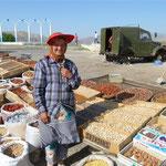 Strassenverkäufer bieten Gewürze, Nüsse und getrocknete Früchte an - sie scheint sehr stolz auf ihren Stand