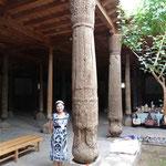 1000 Jahre alt - nicht die Frau sondern der Stützpfeiler