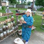 Bäuerin mit getrockneten Pilzen. Für Ukrainische verhältnissmäßig teuer - 20 Euro das Glas - Touripreis?!