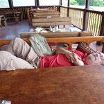 Sichtlich erschöpft und mentale Vorbereitung auf eine große Wanderung zu den Felsenklöster