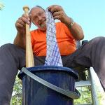 Wäschewaschen mit Baseballschläger als Hilfsmittel