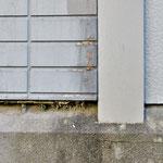 ③外壁下端の通気口が閉塞。