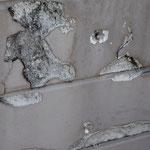 ④凍害の例。手摺壁に散在。