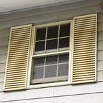 ②窓の左右ガラリはスチール製の装飾品。
