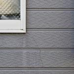 ①外壁の亀裂。窓周りは壁材を切り欠き加工する関係で起きやすい事例。