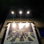 新宿東口の楽器屋の看板