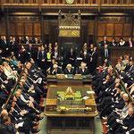 イギリスの議会。寝ている議員は居ないし、人数も少ない。