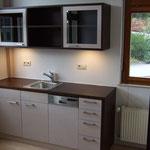 Küche mit Oberschränken