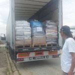 2014  an Bord weitere Paletten an Futter für die laufende Kastrationsaktion