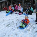 キープ自然学校のお庭でソリ遊び