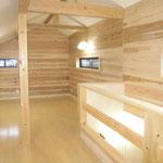 小屋裏を利用した趣味のスペース。カベは杉の板、柱はヒノキ