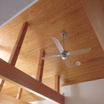 杉の勾配天井とヒノキの梁、漆喰の塗り壁
