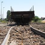 La voie a souffert: les rails ont dévié, et les traverses en bois ont littéralement explosé sous la pression des roues.